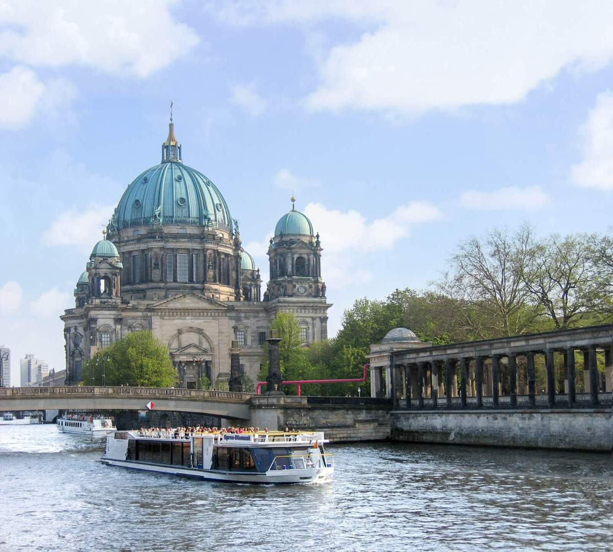 hop-on hop-off sightseeing boat passing by the berliner dom